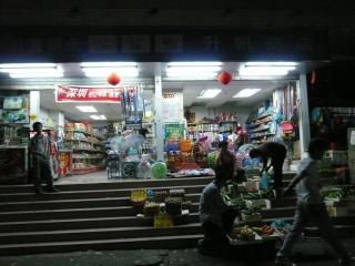 Dans la rue - le marchand fruits et légumes