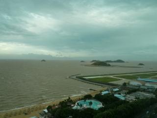 Vue sur la mer alors que le typhon arrive